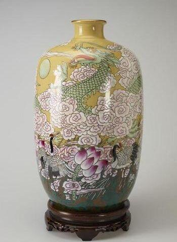 女王藏品中两件精美的当代陶瓷艺术品是谁创作的?